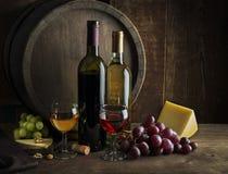 Witte en rode wijnflessen en glazen royalty-vrije stock foto