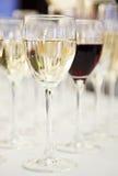 Witte en rode wijnglazen op vage achtergrond Royalty-vrije Stock Foto's