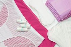 Witte en roze broek De bescherming van de vrouwenhygiëne, menstruatie sanitaire stootkussen en katoenen tampons Bescherming voor  Royalty-vrije Stock Foto's
