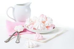 Witte en roze schuimgebakjes Stock Afbeeldingen