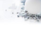 Witte en zilveren Kerstmisdecoratie op vakantieachtergrond Vrolijke Kerstkaart Royalty-vrije Stock Fotografie