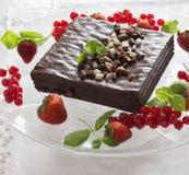 Witte en zwarte chocoladecake Stock Afbeeldingen