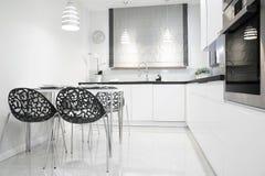 Witte en zwarte keuken stock afbeelding