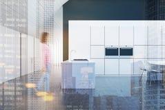 Witte en zwarte keuken met een bar, dubbel Royalty-vrije Stock Fotografie