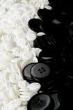 Witte en zwarte knopen   Stock Foto's