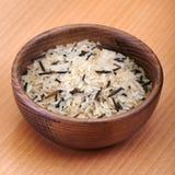Witte en zwarte rijst in houten schotel stock afbeelding