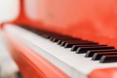 Witte en zwarte sleutels van rode piano Royalty-vrije Stock Afbeelding