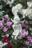 Witte engel en roze bloemen Stock Afbeelding