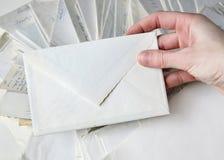 Witte envelop stock afbeeldingen