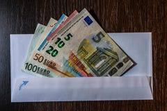Witte envelop met Euro rekeningen Royalty-vrije Stock Afbeeldingen