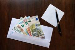 Witte envelop met Euro rekeningen Royalty-vrije Stock Foto