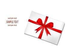 Witte envelop met rood lint Stock Afbeeldingen