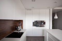 Witte exclusieve keuken royalty-vrije stock foto's