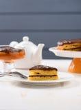 Witte faïence teaware, het lage dessert van de calloriepompoen en gelaagd royalty-vrije stock foto's