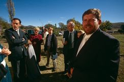 Witte families buiten een kerk in Zuid-Afrika. stock afbeeldingen
