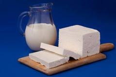 Witte feta kaas en melk Stock Foto