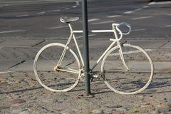 Witte fiets als monument royalty-vrije stock afbeelding