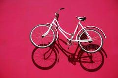 Witte fiets en zijn schaduw Stock Afbeelding