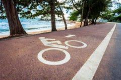 Witte fietsverkeersteken op asfaltsteeg Stock Afbeelding