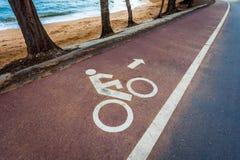 Witte fietsverkeersteken op asfaltsteeg Royalty-vrije Stock Foto's