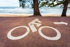 Witte fietsverkeersteken op asfaltsteeg Royalty-vrije Stock Afbeelding