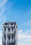 Witte Flatgebouw met koopflatstoren onder Blauwe Tropische Hemel Royalty-vrije Stock Afbeelding