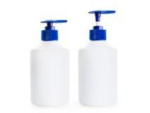 Witte fles twee van vloeibare zeep met een blauwe pompautomaten Stock Foto