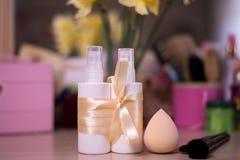 Witte flessen voor nevelschoonheidsmiddel met borstel bij het onduidelijke beeld backgroun Royalty-vrije Stock Fotografie