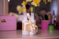 Witte flessen voor nevelschoonheidsmiddel met borstel bij het onduidelijke beeld backgroun Royalty-vrije Stock Foto's
