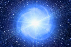 Witte flits op de achtergronden van de kosmoshemel Stock Foto