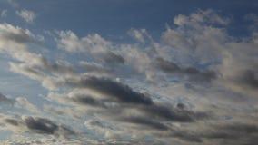 Witte fluffy wolken die in de lucht zweven stock footage