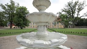 Witte Fontein dichtbij het gele kasteel in Letland stock video