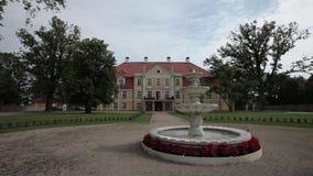 Witte Fontein dichtbij het gele kasteel in Letland stock videobeelden