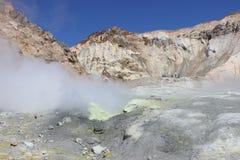 Witte fumarolen van de vulkaan Mutnovsky Kamchatka Royalty-vrije Stock Afbeelding