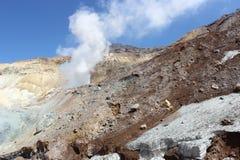 Witte fumarolen van de vulkaan Mutnovsky Kamchatka Stock Afbeeldingen