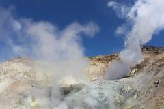 Witte fumarolen van de vulkaan Mutnovsky Kamchatka Royalty-vrije Stock Fotografie