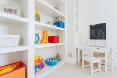 Witte furnitures in kindruimte royalty-vrije stock fotografie