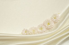 Witte gedrapeerde stof met bloemen Royalty-vrije Stock Foto