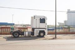 Witte geparkeerde vrachtwagen stock foto's