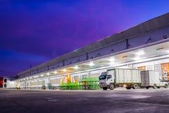 Witte geparkeerde vrachtwagens Stock Foto