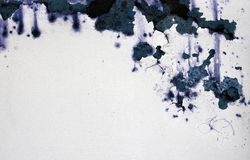 Witte Geschilderde Roestige Muur in Bl Stock Foto