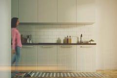 Witte gestemde keuken binnenlandse, witte tellers Royalty-vrije Stock Foto