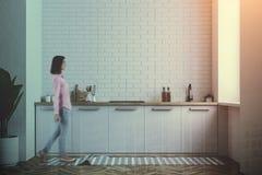 Witte gestemde keuken tegen, witte bakstenen muur Stock Afbeelding