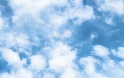 Witte gezwollen wolken Stock Foto's