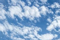 Witte gezwollen wolken Royalty-vrije Stock Afbeeldingen