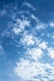 Witte gezwollen wolken Royalty-vrije Stock Afbeelding