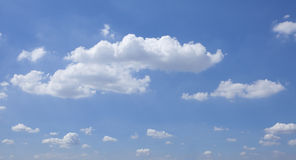 Witte gezwollen wolken en blauwe hemel Royalty-vrije Stock Fotografie