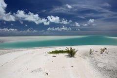 Witte gezwollen wolken over turkoois lagunewater Stock Foto's