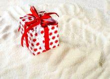 Witte gift met rode sterren op een wit Stock Afbeelding