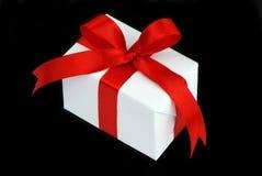 witte giftdoos met rood lint Stock Afbeelding